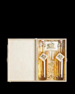 Nr. 27 - Edles in Holz verpackt von Prinz mit je einer 0,2-Liter-Bügelverschlusssflasche Alte Marille und Alte Williams-Christ-Birne sowie einem Schnapskelch mit Stiel verpackt in einer edlen Holzkiste.