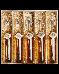 Nr. 12 - Schätze aus dem Holzfass Geschenkpaket von Prinz mit je einer 0,5-Liter-Flasche Alte Marille, Alte Williams-Christ-Birne, Alte Wald-Himbeere, Alte Haus-Zwetschke und Alte Kirsche verpackt in edler Holzkiste.