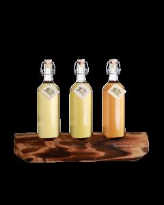 Ein 3er-Holzständer von Prinz mit je einer 1-Liter-Flasche der Alten Williams-Christ-Birne, der Alten Marille und der Alten Waldhimbeere.