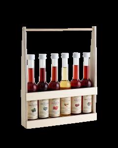 Einfacher Holzträger mit sechs verschiedenen 0,04-Liter-Flaschen der Wild Liköre von Prinz.