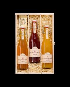 Nr. 09 - Holzfass-Duo Geschenkpaket von Prinz mit je einer 0,5-Liter-Flasche Alte Williams-Christ-Birne und Alter Marille sowie zwei Schnapskelchen in edler Holzkiste verpackt.