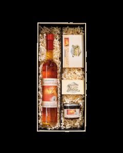 Nr. 04 - Wintertraum Geschenkpaket von Prinz mit einer 0,5-Liter-Flasche Bratapfel-Likör, einem Glas Grete´s Apfel-Mandel-Marmelade und einem Punsch-Glas in schöner Geschenkschachtel.