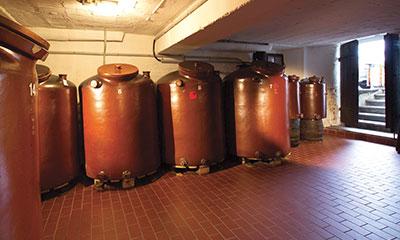 Alle Prinz Haselnuss-Destillate reifen mindestens zwei bis drei Jahre im Steingut