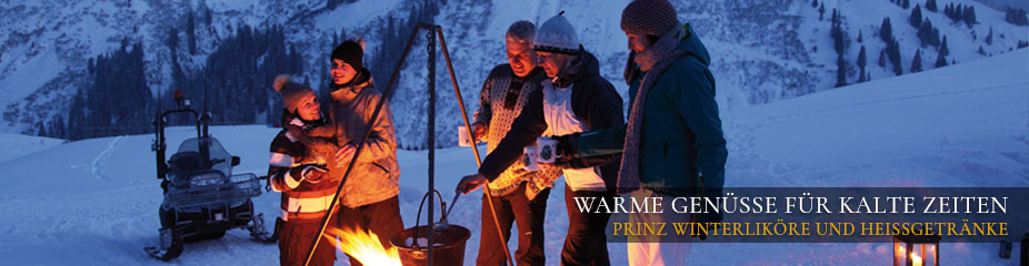 Gesellige Runde mit Jagertee am Lagerfeuer vor der Skihütte