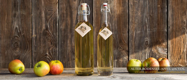 Zwei Flaschen Alter Bodensee-Apfel 41 % vol. und ein paar Äpfel
