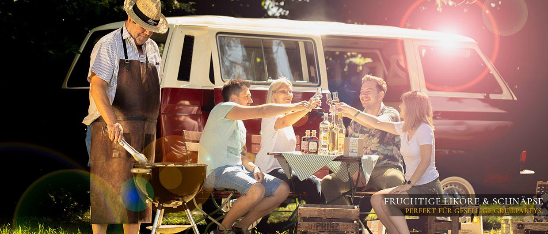 Junge Leute grillen und feiern im Freien mit Prinz-Schnäpsen