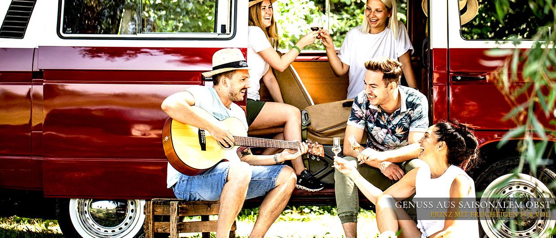 Vorm VW-Bulli: Junge Leute singen und feiern mit Prinz-Schnäpsen