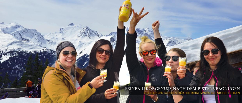 Vor der Skihütte: Fünf junge Frauen stoßen mit der Heißen Henne von Prinz an