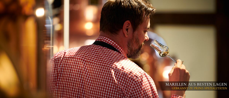 Brennmeister prüft den Geruch und Geschmack des Destillats