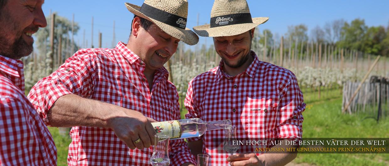 Obstgarten: Drei gut gelaunte Männer schenken sich Prinz Hauschnaps ein